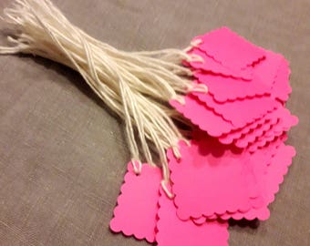 30 square tags dentellees in neon pink paper