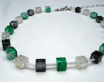 Collier émeraude de vert, blanc et noir