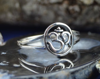 Beautiful sterling silver ring with ohm OM design in sizes 5, 7, 8, 9