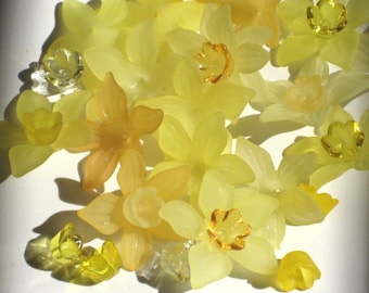 Acrylic Flower Beads Lucite Flower Beads 12 Daffodil Beads Yellow Mix and Match