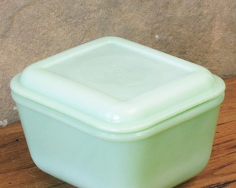 Vintage Small Jadeite Refrigerator Dish with Philbe Lid Leftover Bowl Jadite Fire King Anchor Hocking Green Milk Glass Art Deco Casserole