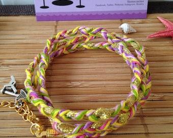 Bracelet tressé 3 tours, fashion été bohème, rose-mauve-jaune-vert-fuchsia et sa breloque parasol