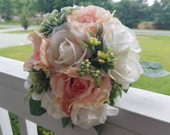 Roses blanches véritable touche de fard à joues roses Roses en soie agrémentés de buis verdure Bouquet de la mariée