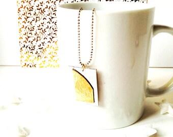 Sautoir HIVER, doré et argenté, design minimaliste en carton et chaîne argentée par saucisse