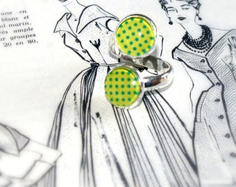 ring lined with green dotty background
