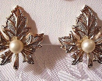 Begere Pearl Oak Leaf Clip On Earrings Gold Tone Vintage Textured Raised Ribbed Long Stems