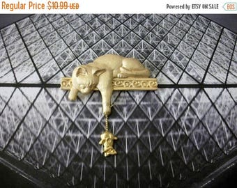 ON SALE Vintage Over Sized JJ Stamped Cat Dangling Mouse Gold Tone Pin 81916
