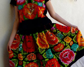 Collectors CLASSIC Vintage Tehuana traje/costume black velvet large embroidered flowers Oaxaca Mexico boho Frida Kahlo - Medium