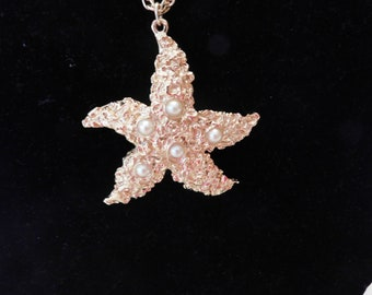 "Very Cool Summertime Assessorcraft Starfish Necklace - 2-1/4"" - Fabulous Detail - Chunky Starfish - Faux Pearls"