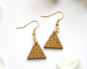 Triangle earrings, wooden jewel, geometric jewelry Memphis design tribute, brass ear pendant gold color, chips pattern, natural wood, France