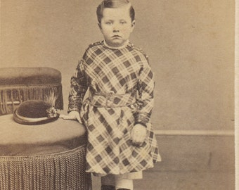 CDV of standing child with hat/ Carte de visite