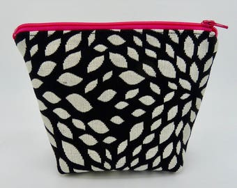 Make-up bag, zip purse, cosmetic bag, cosmetic case, mono leaf pattern lined zip bag, jewellery bag, zip pouch, toiletry bag, zip purse.