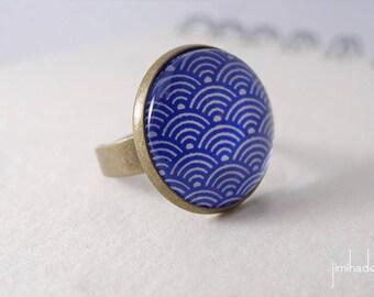 Bague avec motif japonais de vagues blanches sur fond bleu