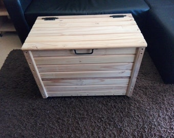 Wooden pallet box with wheels