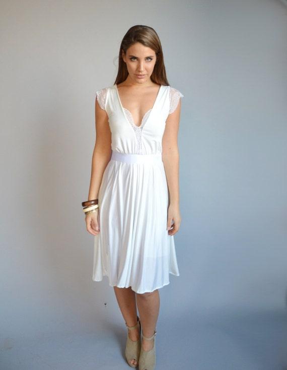 Weißes Kleid knielang Spitze Ausschnitt und Ärmeln Glocke
