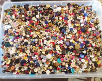 BUTTONS Lot Mystery 200 Pieces Destash Surprise