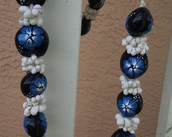 Polynesian Necklace..Natural Shells and Painted Large Beads..Blue and White Hibiscus..Vintage 1970s
