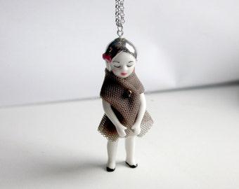 Capucine, sautoir poupée en porcelaine