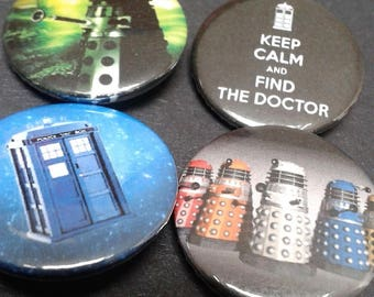 Doctor Who badges - 25 mm - Set of 4 - Pin back button - Cult - TV - Darlek - Tardis - Science Fiction - Fandom
