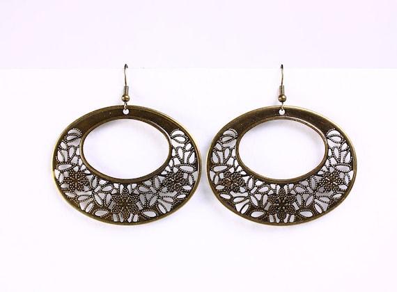 Antique brass oval flower drop earrings (533)