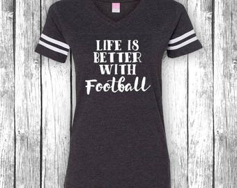 Das Leben ist besser mit Fußball | Spieltag-Shirts, Heckklappe, lustiges T-Shirt, Superbowl, Touchdown, Heckklappe V-Ausschnitt Jersey Womens Shirt T-Shirt
