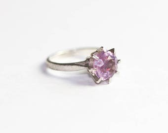 Stunning vintage silver ring decorated with an amethyst
