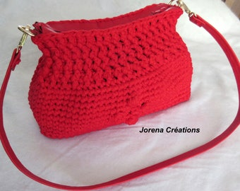 Crochet trapilho and red faux leather handbag