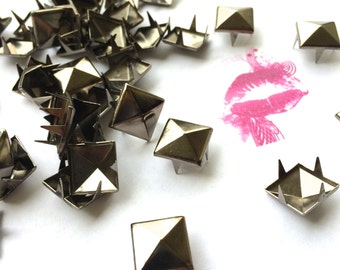 100pc 4 PRONG Pyramid Studs. Avail. in Multiple Sizes/Finishes. Pls see drop down menu.FAST Shipping w/Tracking for US Buyers. 12mm in Pics.