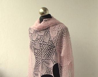 Lumière rose tricoté à la main châle, châle de toile d'araignée, nuptiale châle, châle Perlé rose