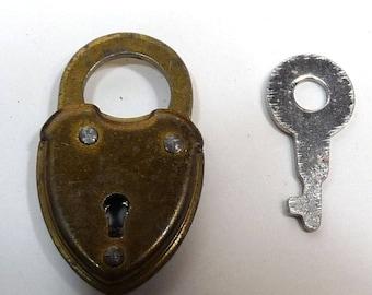 Mini lock working heart padlock charm pad lock and key solid brass metal patina pendant jewelry supplies steam punk dudes 1940s e14