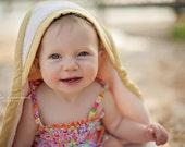 Serviette biologique pour bébé à capuche, Dijon jaune à capuche bébé bain serviette cadeau par couette bio entreprise (dernier)