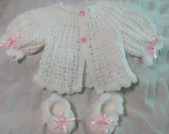 Lovely Handmade Crochet White Baby Cardigan and Matching Shoes Set   Size 0-3 Months Old