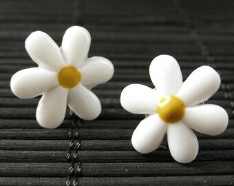 Flower Earrings. White Flower Earrings. Daisy Flower Earrings. Silver Post Earrings. Stud Earrings. Flower Jewelry. Handmade Jewelry.