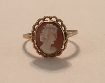 Antique 10K Yellow Gold Cameo Ring with scalloped rim