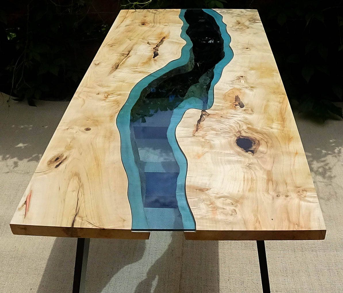 live rand fluss tisch mit mit epoxy inlay verkauft verkauft. Black Bedroom Furniture Sets. Home Design Ideas