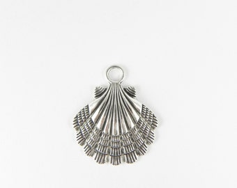 5 Scallop Shell Pendant Charms - 36mm x 30mm - Antiqued Silver