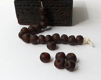 Set of 20 recycled glass beads - handmade in Ghana - dark brown color - 15mm