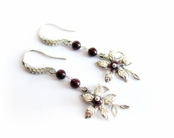 Orecchini granato rosso, pendenti fiori, orecchini pietra rossa argento, orecchini pendenti floreali pietre dure, orecchini raffinati