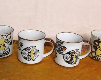 Four Mid Century coffee mugs, two of each design