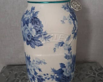 Blue flowers :  Centrepiece, vase, potpourri jar.