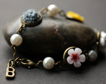 Flower Bracelet with Personalized Letter Charm. White, Pink, Yellow and Blue Flower Chain Bracelet in Bronze. Handmade Flower Bracelet.