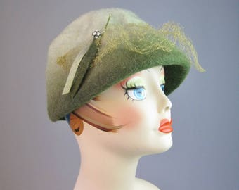 Green Felt Cloche Hat / Vtg 50s / Union Made Ombre Green Felt hat with jewel