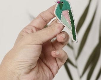 Broche oiseau brodée à la main Birdy , oiseau multicolore,broderie oiseau graphique, oiseau graphique brodé, broderie colorée