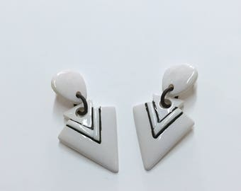 vintage 80s minimalist earrings / oversize statement earrings / white and black arrowhead dangle earrings