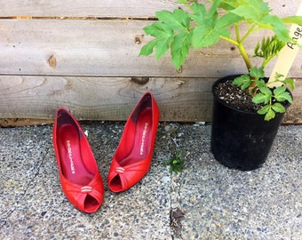 "Size 8 1960s ""theres no place like home"" ruby leather heels//peep toes with gold detail"