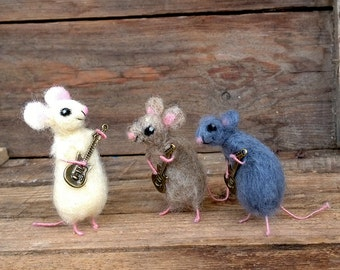 Miniature animal playing guitar Tiny wool Mouse Collectible Dollhouse mini Waldorf doll Small mice Cute mouse figurine Felt Funny Sculpture