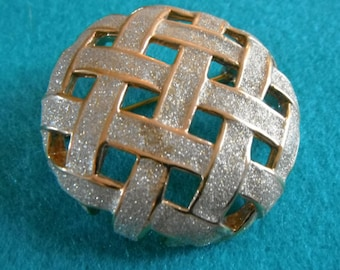 Circular brooch with silvery sparkle lattice open work