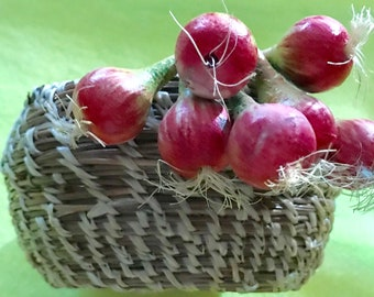 Basket with onions