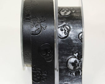 Band of embossed black leatherette finish 30 mm 3 skulls