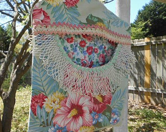 Tropical ROSY HIBISCUS Clothespin Bag Fresh Air Line Drying Vintage Lace Trim Rick Rack Roomy Pocket Sturdy Handmade, Pinch Pegs Hanger